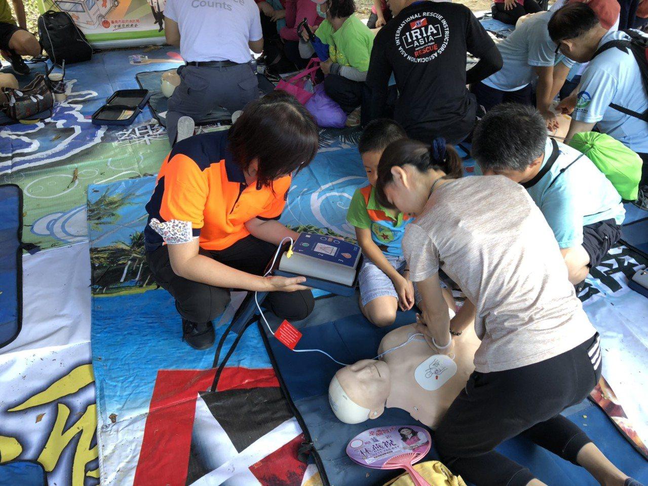 台南市消防局加強教導民眾學習心肺復甦術,提高急救存活率。記者黃宣翰/翻攝
