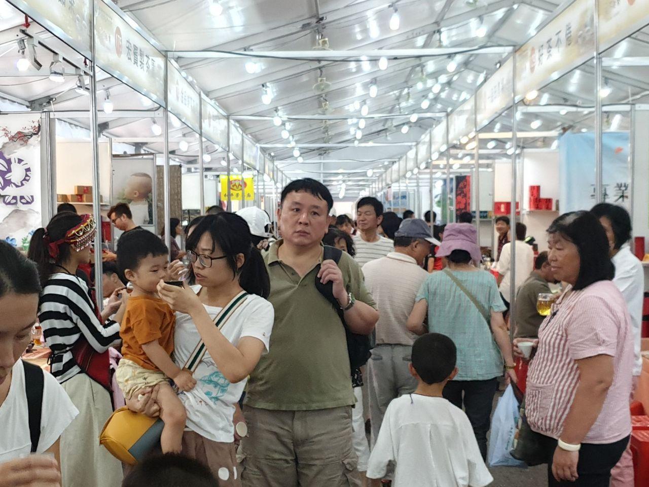南投世界茶業博覽會今第4天已吸引逾20萬人,龐大車流及停車問題影響交通,阻礙周邊...