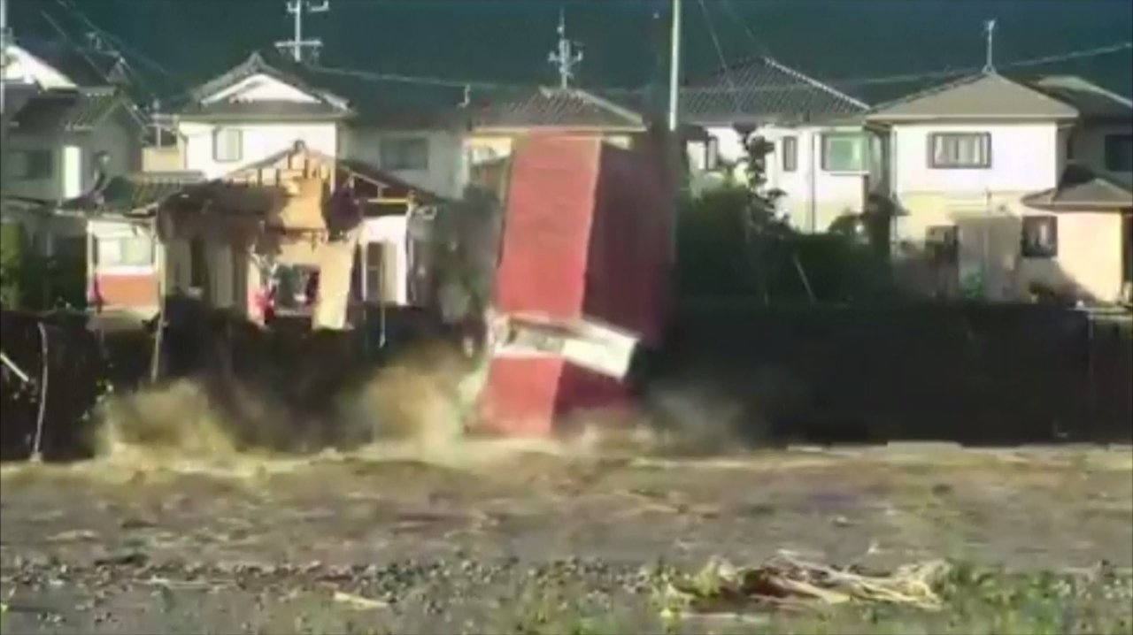 今年第19號颱風、強颱哈吉貝肆虐日本,帶來嚴重災情。長野縣千曲川潰堤,沖垮岸邊房...
