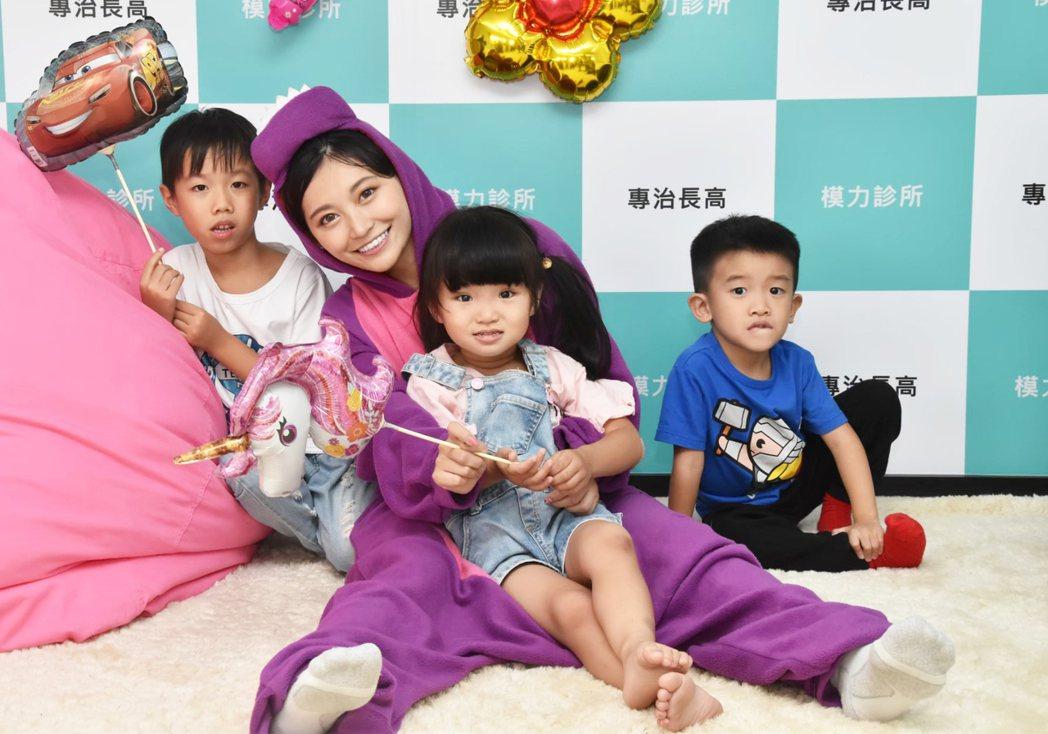 祈錦鈅(後排中)穿上紫色恐龍裝與孩童同樂。圖/臺灣兒童發展早期療育協會提供