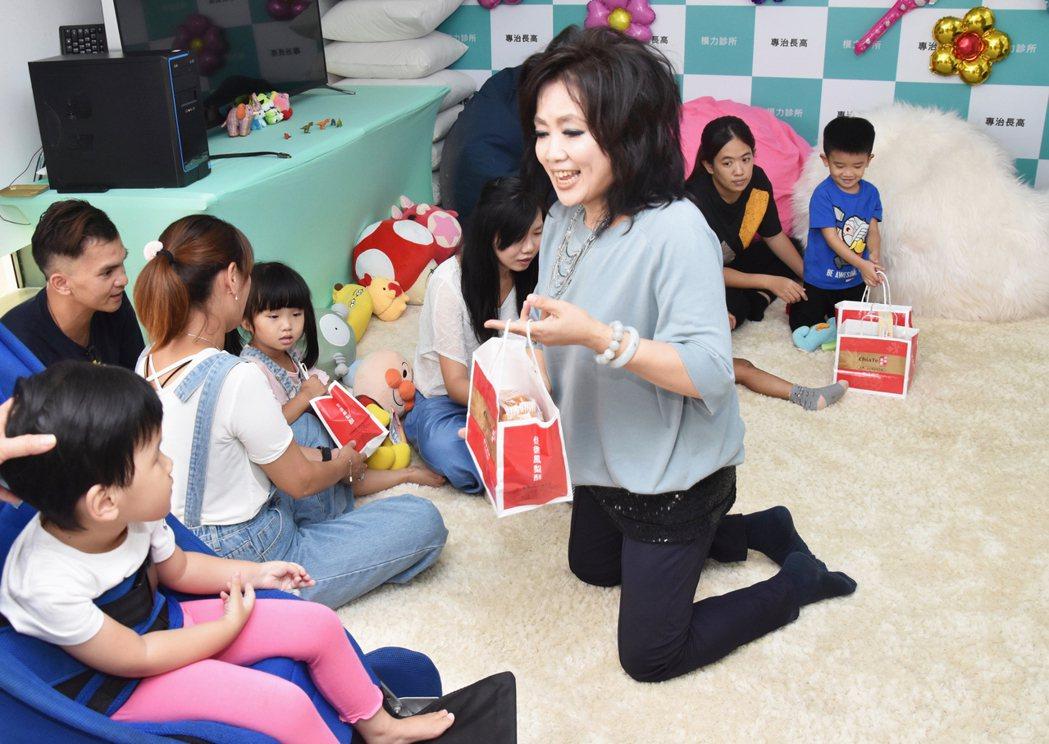 齊豫特地帶小禮物分送給拍攝公益廣告的孩童。圖/臺灣兒童發展早期療育協會提供