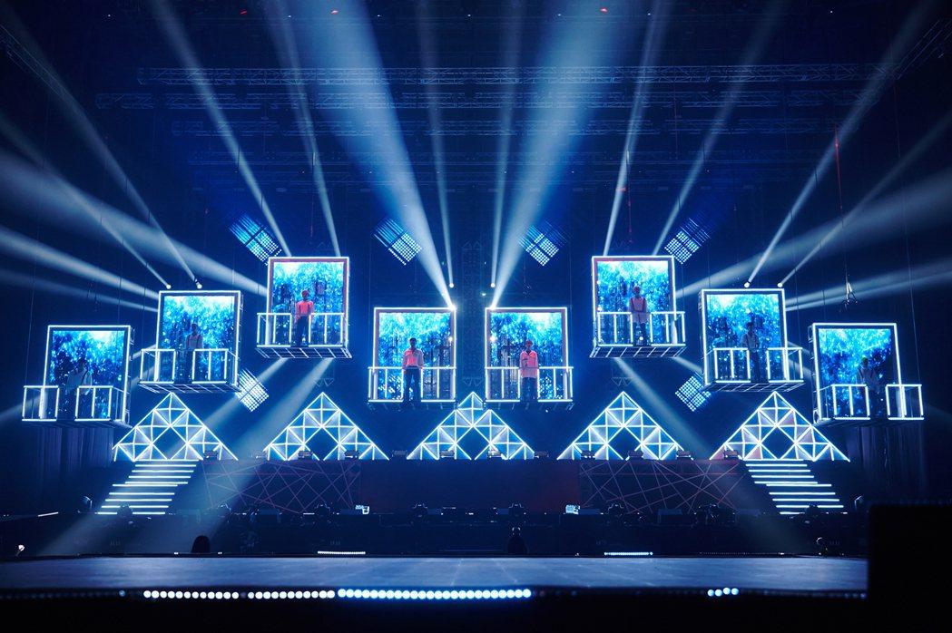 SJ開場從升降舞台中登場。圖/超級圓頂提供