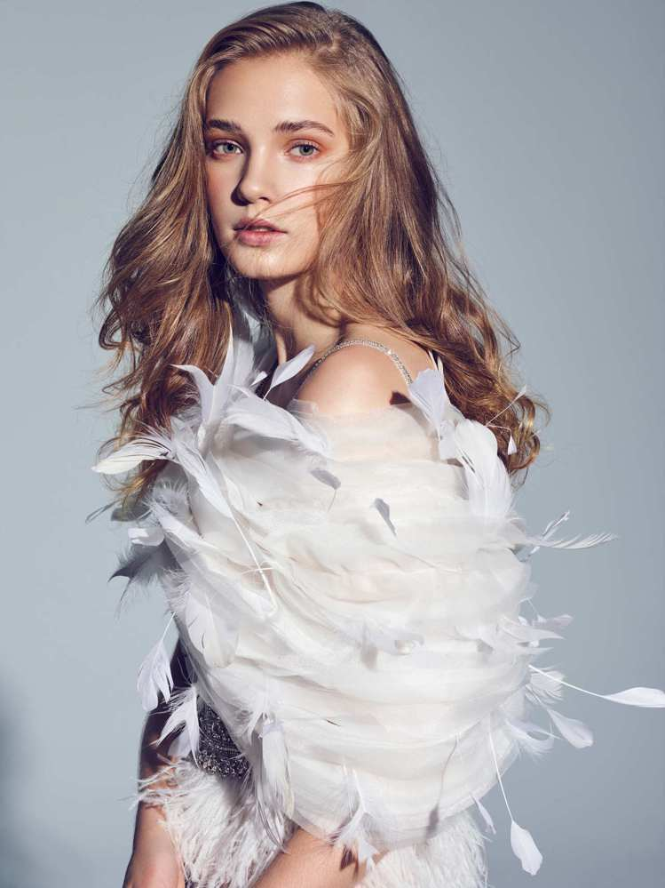 「Raphael拉斐爾」可穿脫的羽毛層次披肩展現文藝復興拉斐爾筆下聖畫的天使形象...