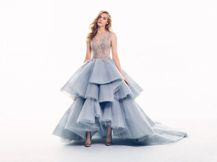 「Allegory寓言」的層次厚紗以立體放射性的剪裁成為裙擺,結合削肩深V透膚的...