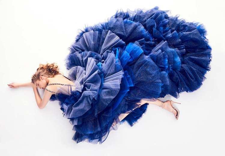「Michael米迦勒」層層壓摺的劇烈澎湃裙型,利用色彩的漸層減低厚重感。裙擺至...