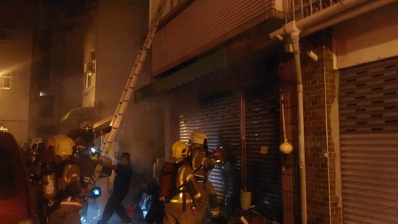 台南市中西區民權路三段民宅火災,消防人員冒險架梯進入屋內滅火。記者黃宣翰/攝影