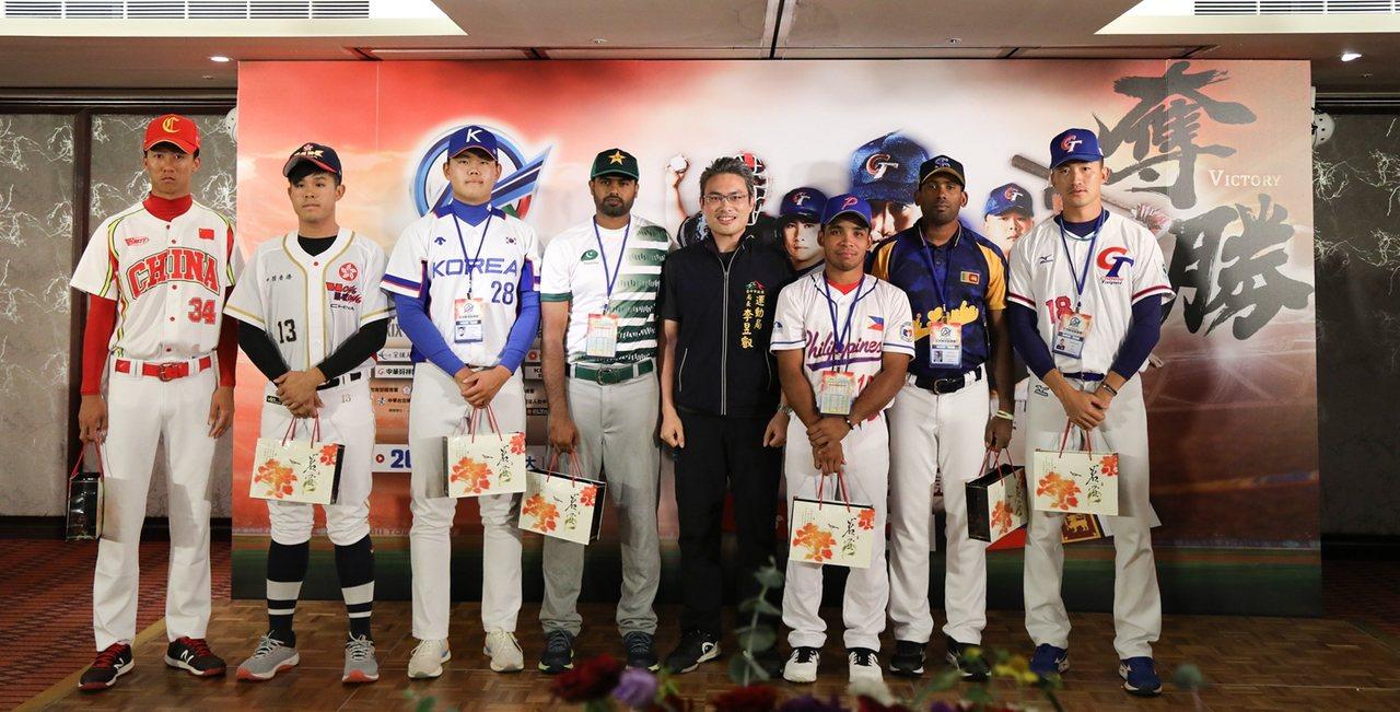 台中市府致贈伴手禮給各隊。圖/中華棒球協會提供