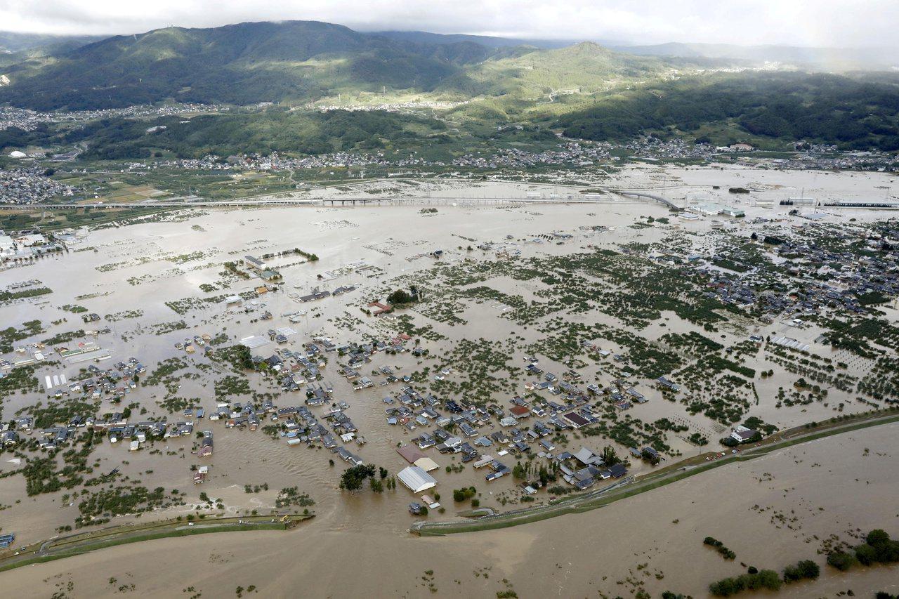 13日的照片顯示,日本長野縣千曲川氾濫成災。(路透)