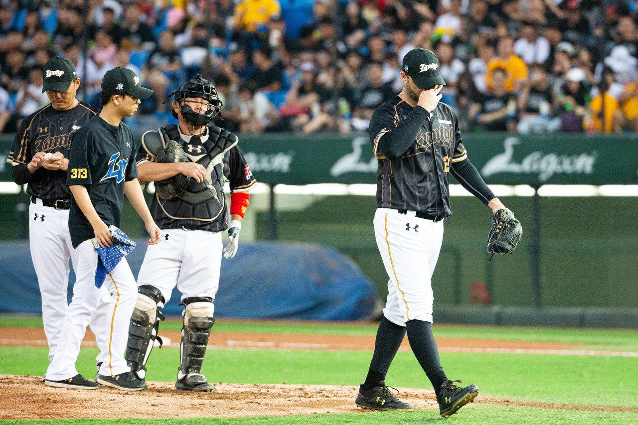 Lamigo桃猿先發投手尼克斯(右)在例行賽時表現不差,而且去年在台灣大賽投得也...