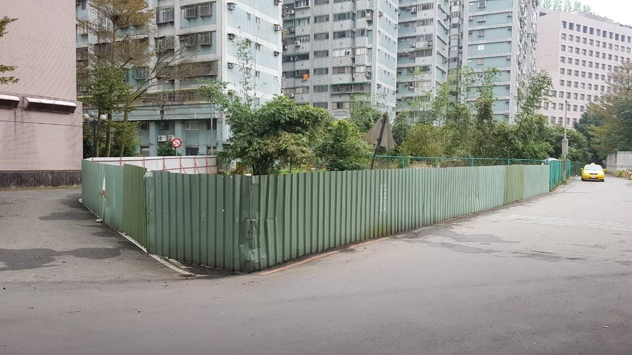 汐止建成路公有地長期被佔用搭建鐵皮屋並圍地耕作,今年4月依法強制取締回收。圖/新...