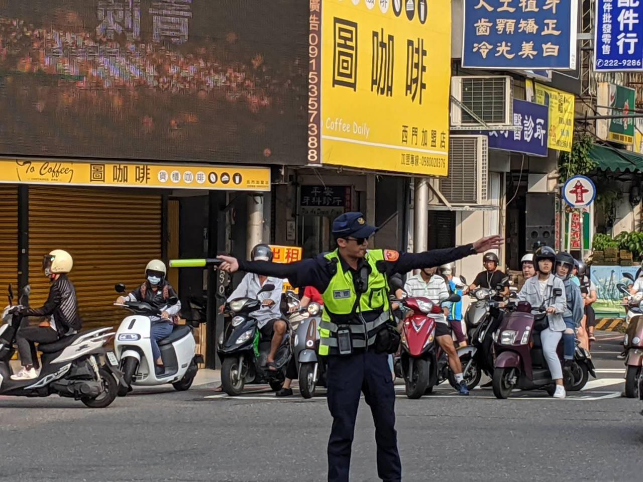 台南市中西區湧入大批車潮,員警在路口站崗疏導車流。記者黃宣翰/翻攝
