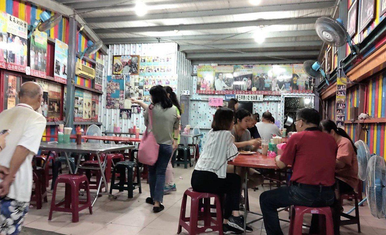 東石小吃業者認為人潮多,但整體營收未明顯增加。記者卜敏正/攝影