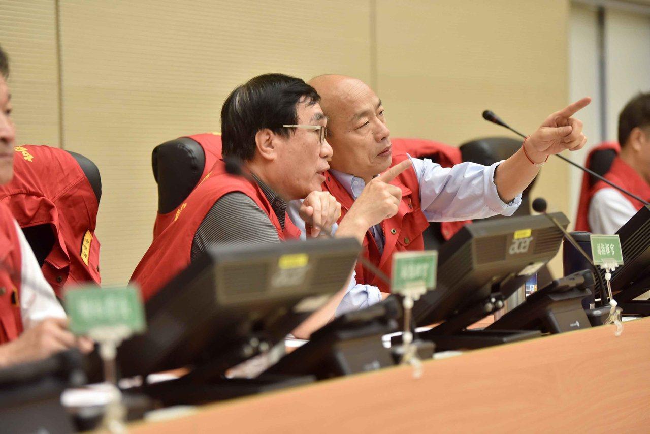 對市政工作相當熟稔的副市長李四川(左)表示,韓市長請假期間,市府團隊會繃緊神經、...