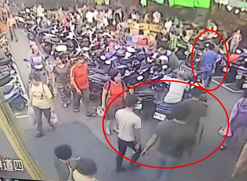 疑似鍋貼店4名員工持棍棒到黃昏市場,圍毆豬肉攤老闆。記者林昭彰/翻攝