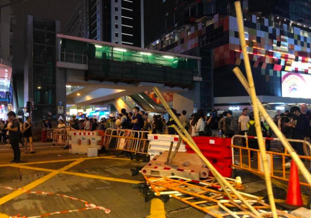香港反送中示威者於彌敦道近旺角道交界以水馬和竹枝架設路障。(香港電台)