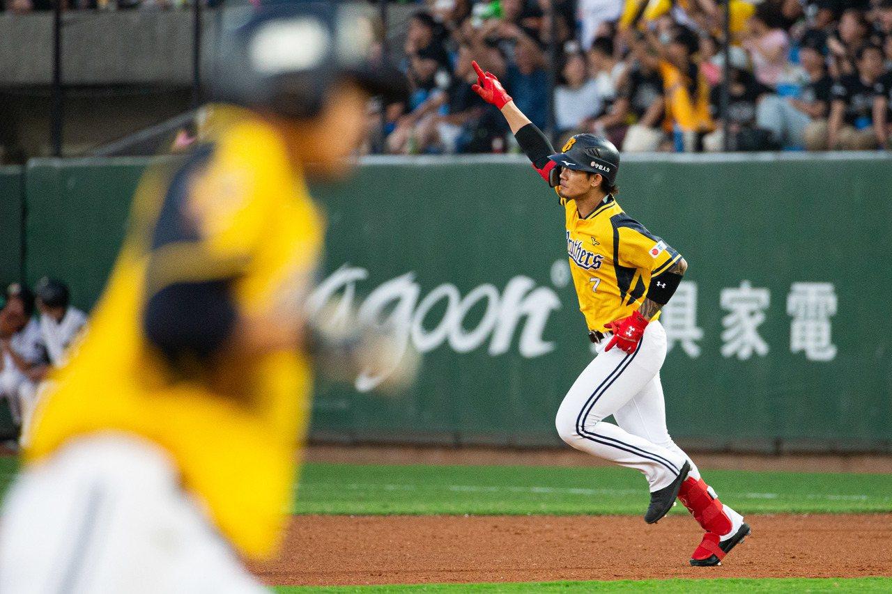 中職總冠軍賽第2戰今天在桃園國際棒球場開打,中信兄弟張志豪一局上擊出滿貫全壘打。...