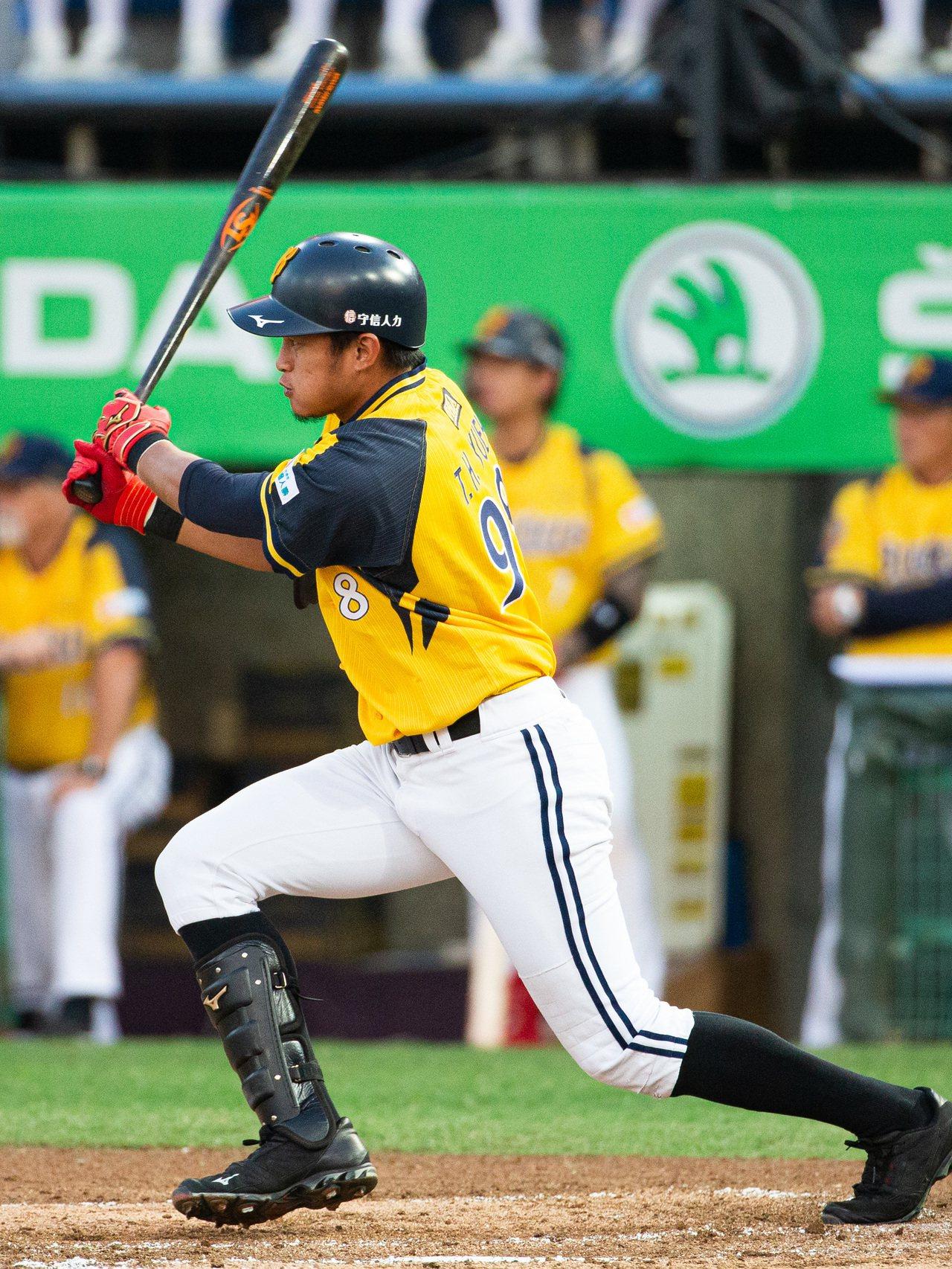 中職總冠軍賽第2戰今天在桃園國際棒球場開打,中信兄弟岳東華擊出勝利打點。記者季相...