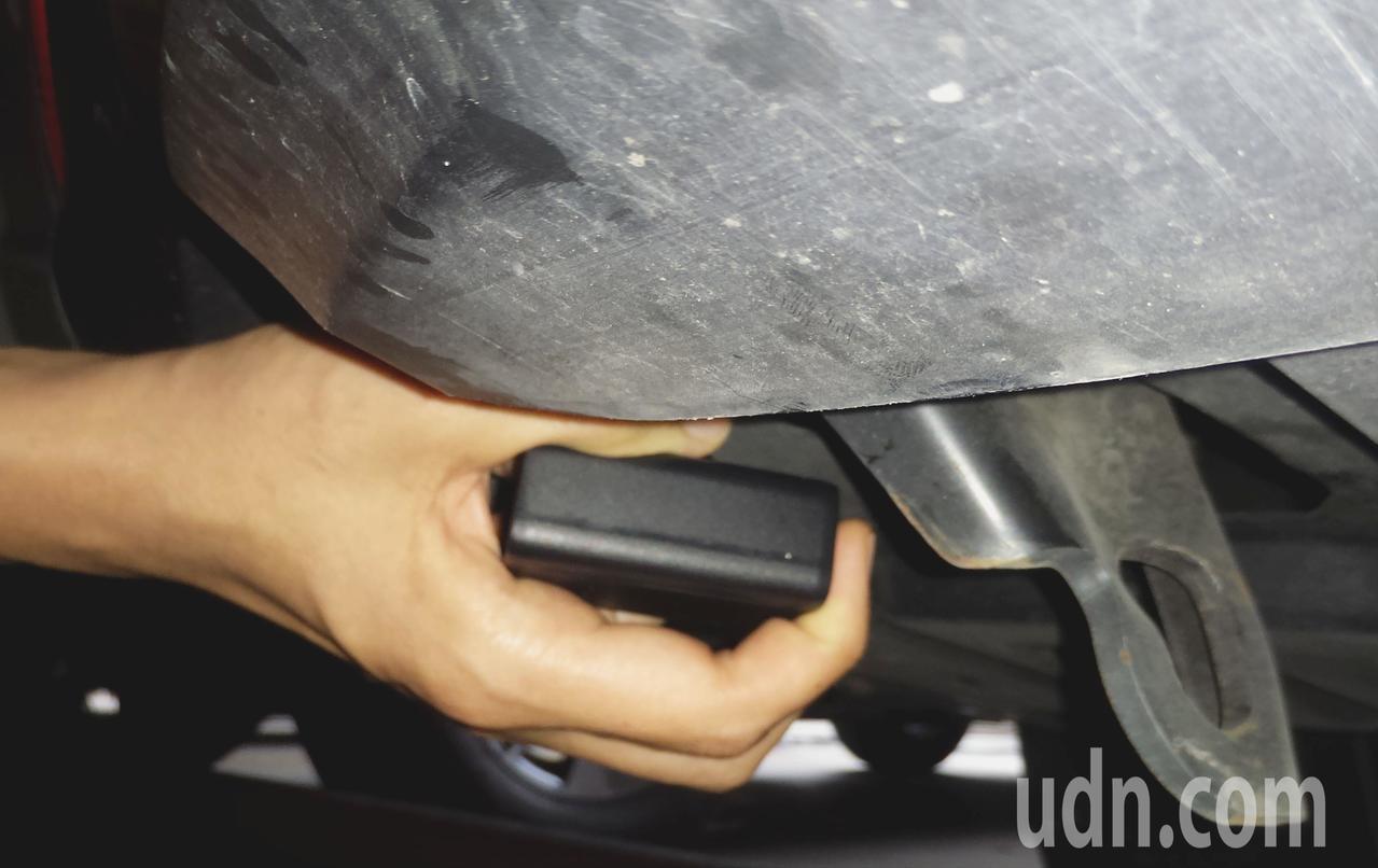 蔡女修車時在保險桿下發現追蹤器,圖為示意圖。記者林保光/攝影