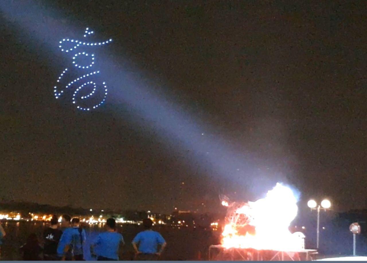 百架無人機如星星閃耀般躍上蓮潭夜空,隨著火獅燒化與音樂的律動,化身為多款具有萬年...