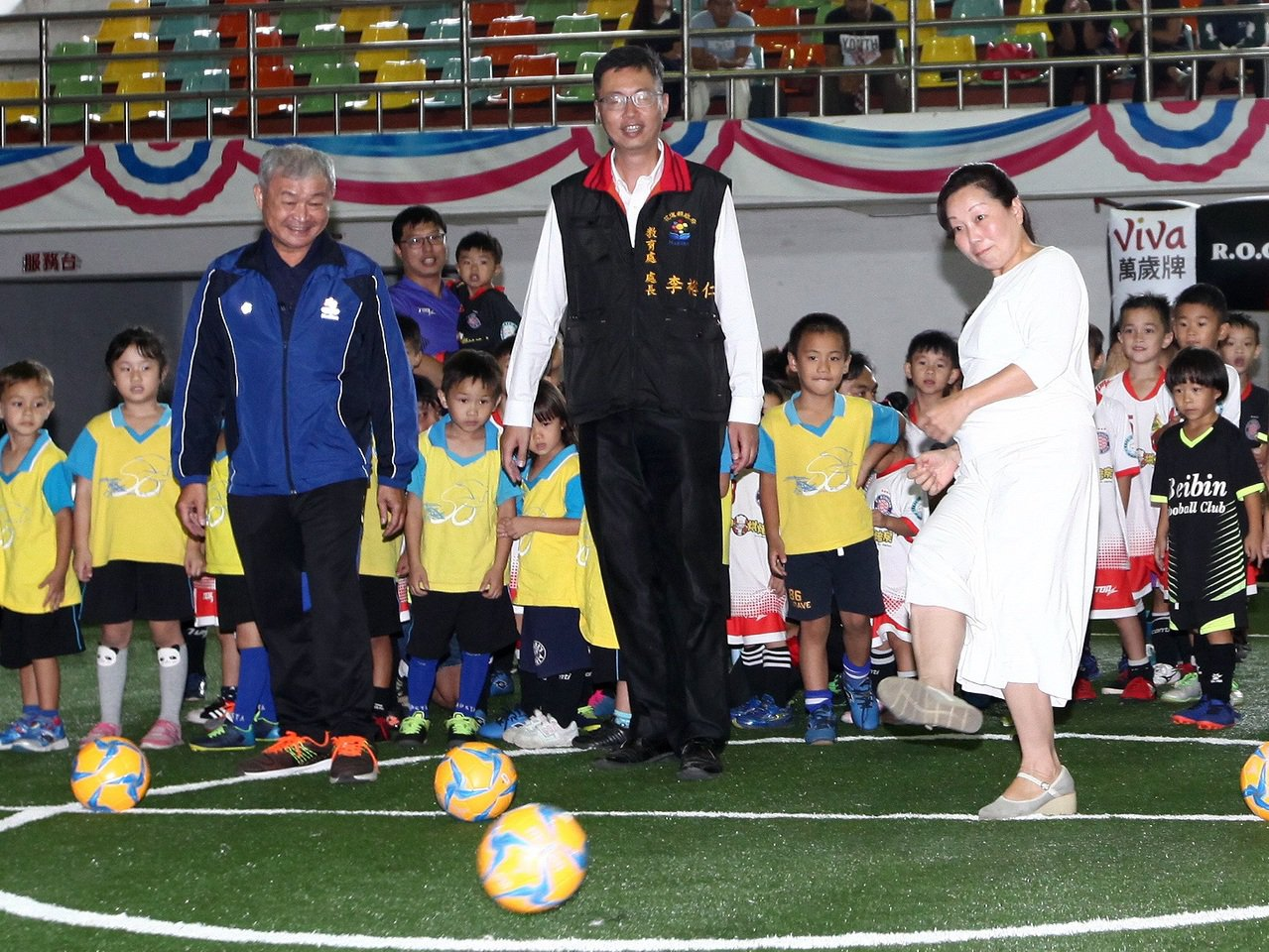 花蓮縣長徐榛蔚(右)為國民小學迷你足球賽開球。圖/迷你足球協會提供