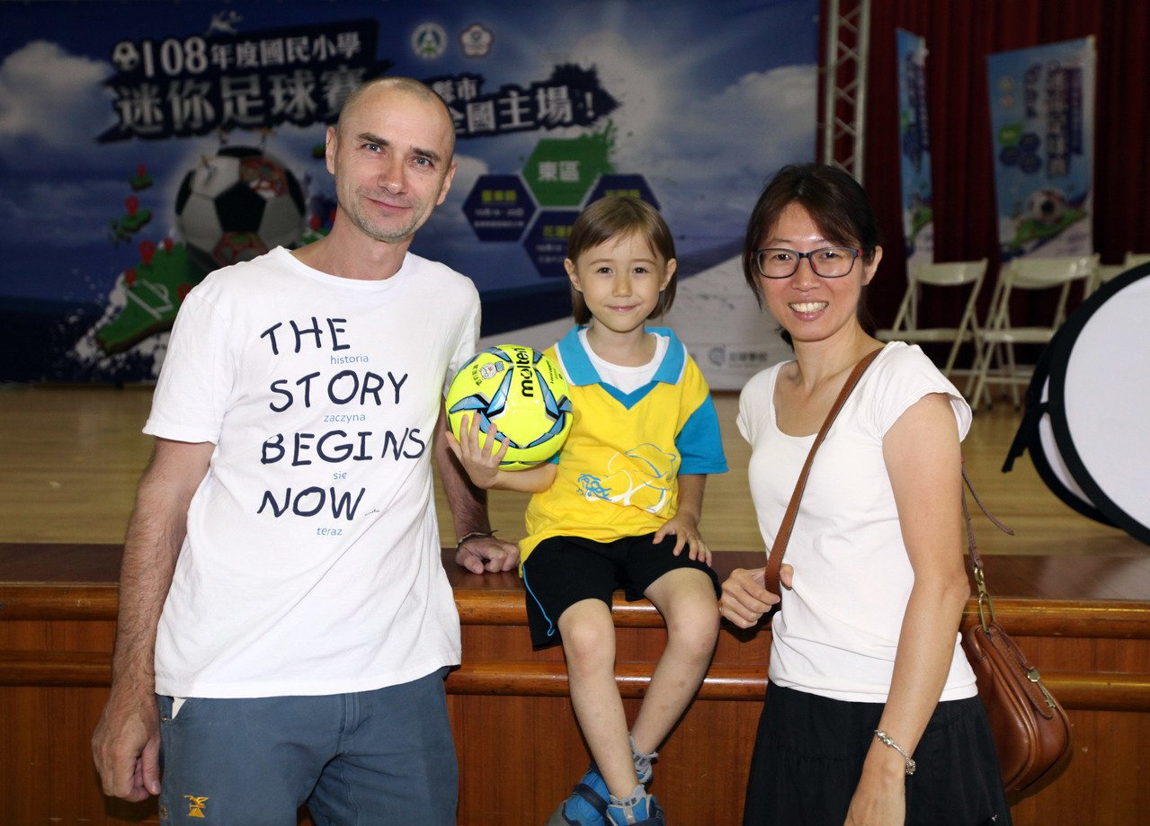 小小足球員紀李岩(中)與父母。圖/迷你足球協會提供