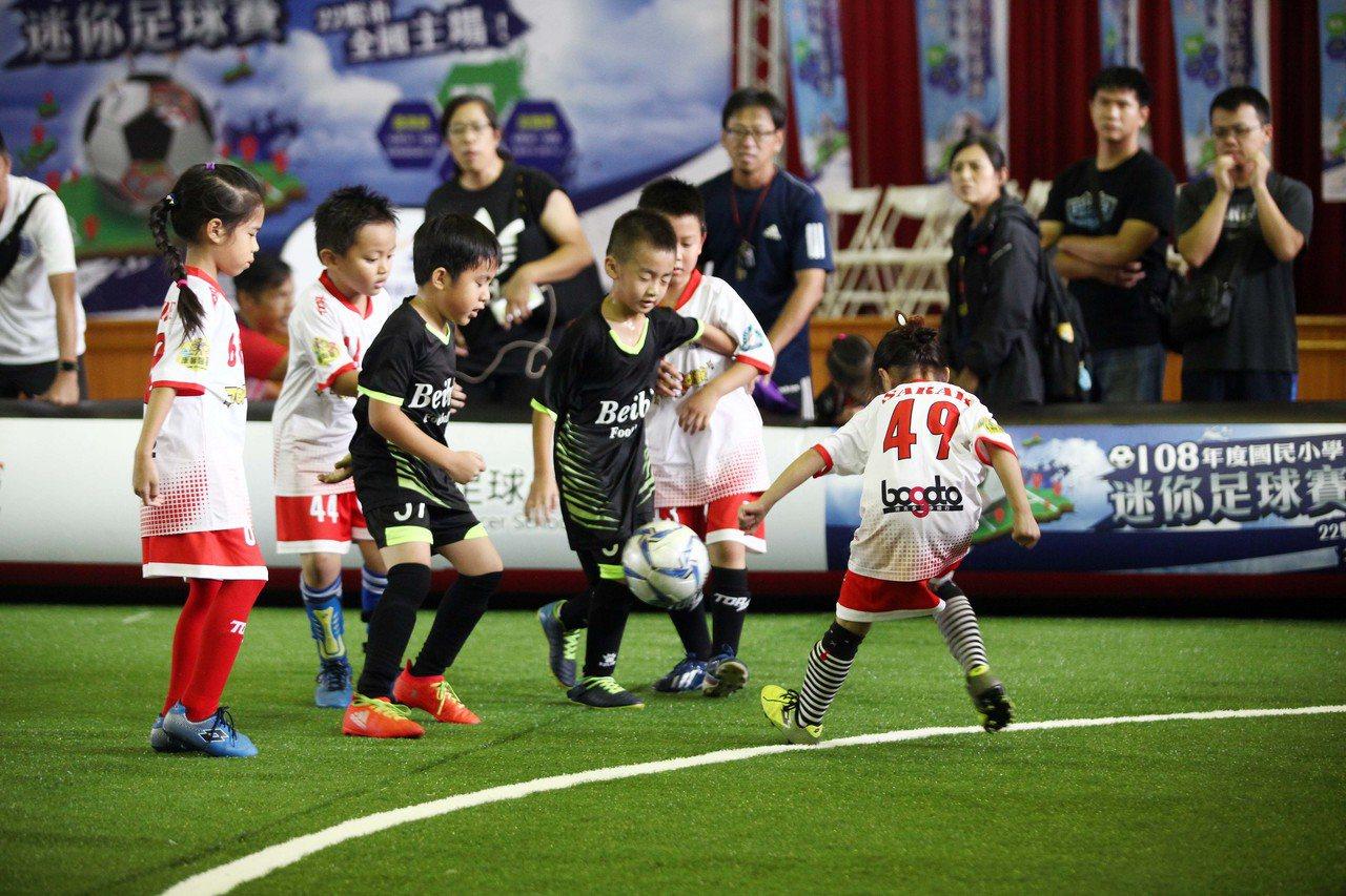 小小足球員快樂踢球。圖/迷你足球協會提供