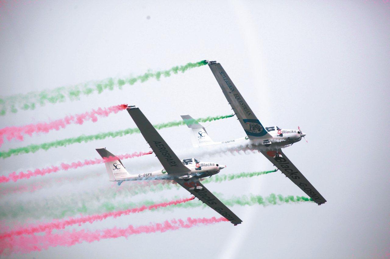 四川國際航空航太展覽會上的特技飛行表演,精彩絕倫。 圖/本報四川德陽傳真