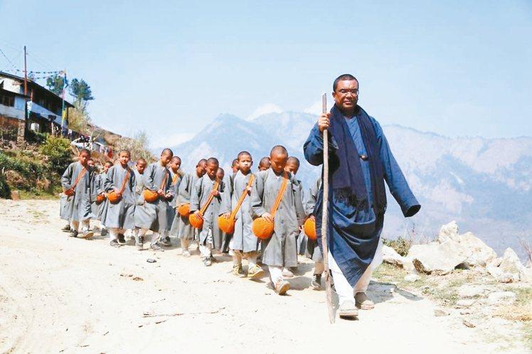 慧光法師帶著尼泊爾當地的小沙彌。 圖/菩薩寺提供