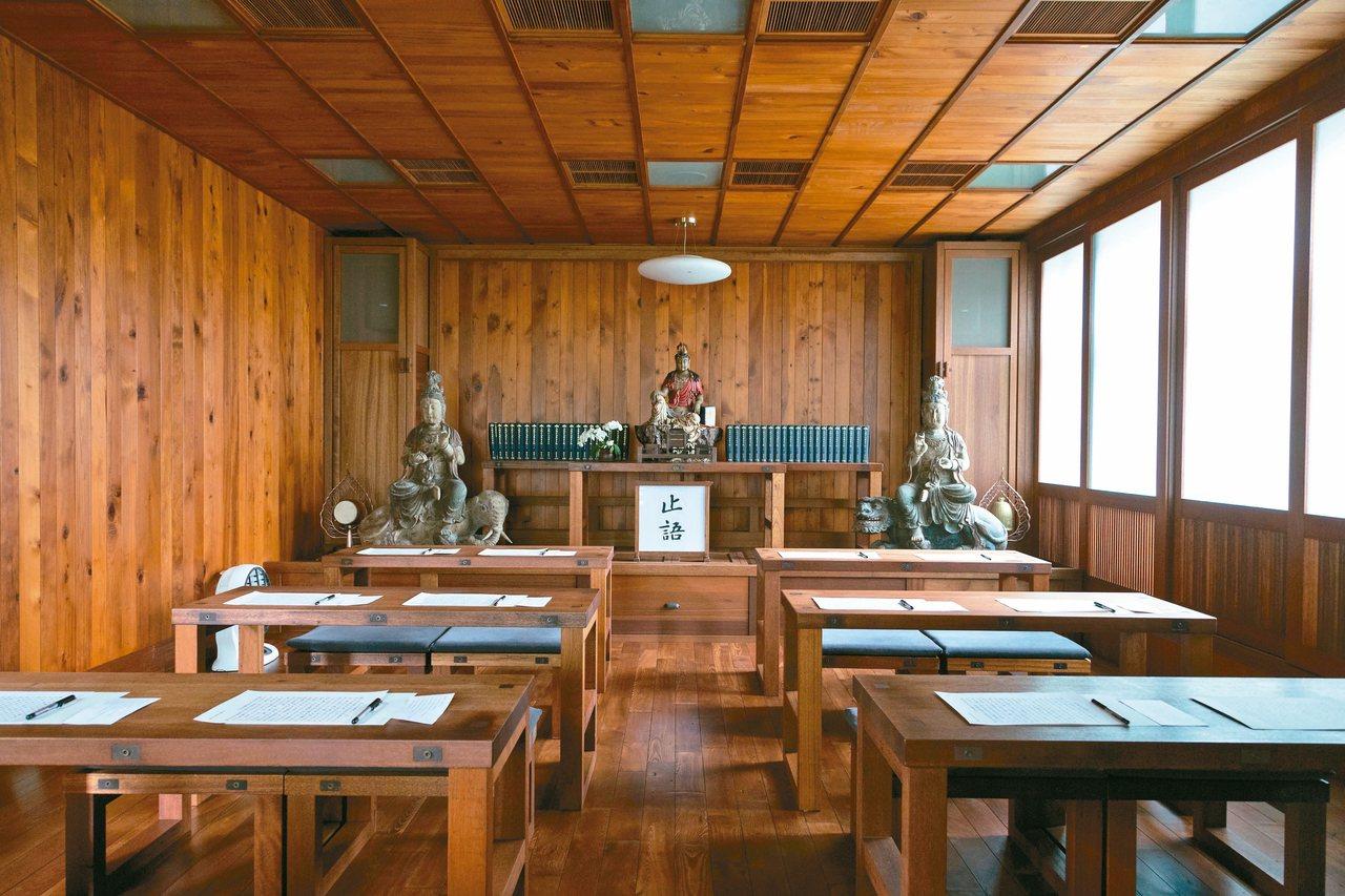 三樓的寫經室提供給大眾入內抄寫靜心。 記者陳立凱/攝影