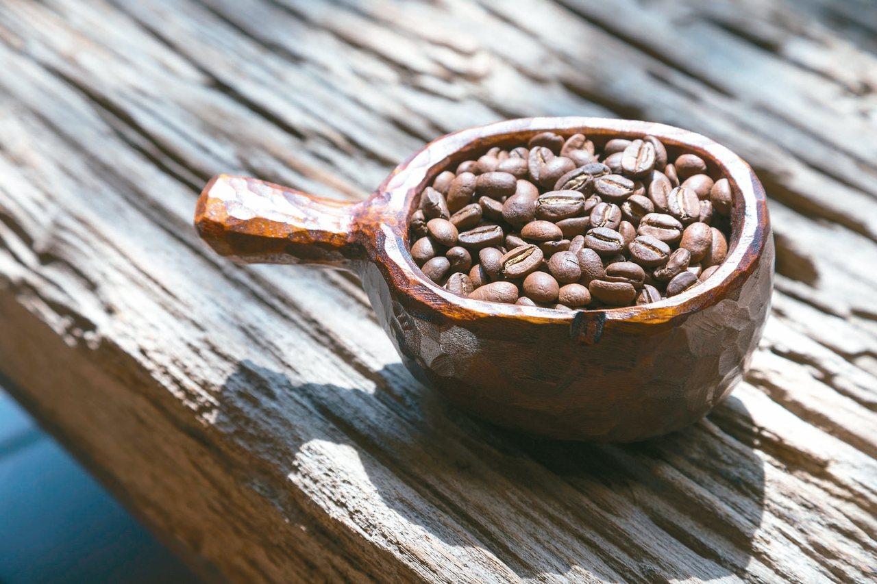 維摩舍販售尼泊爾咖啡豆,收入幫助當地孩子就學。 記者陳立凱/攝影