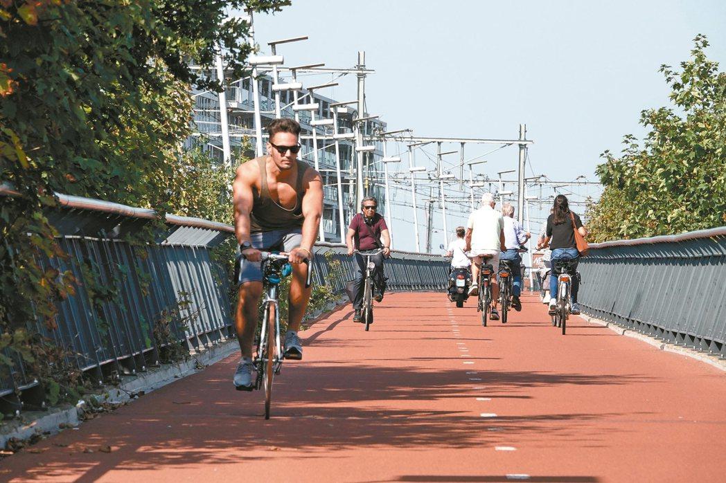 歐洲綠色首都荷蘭奈梅亨腳踏車高速公路,連接到附近地區,通勤時間比任何交通工具快。...