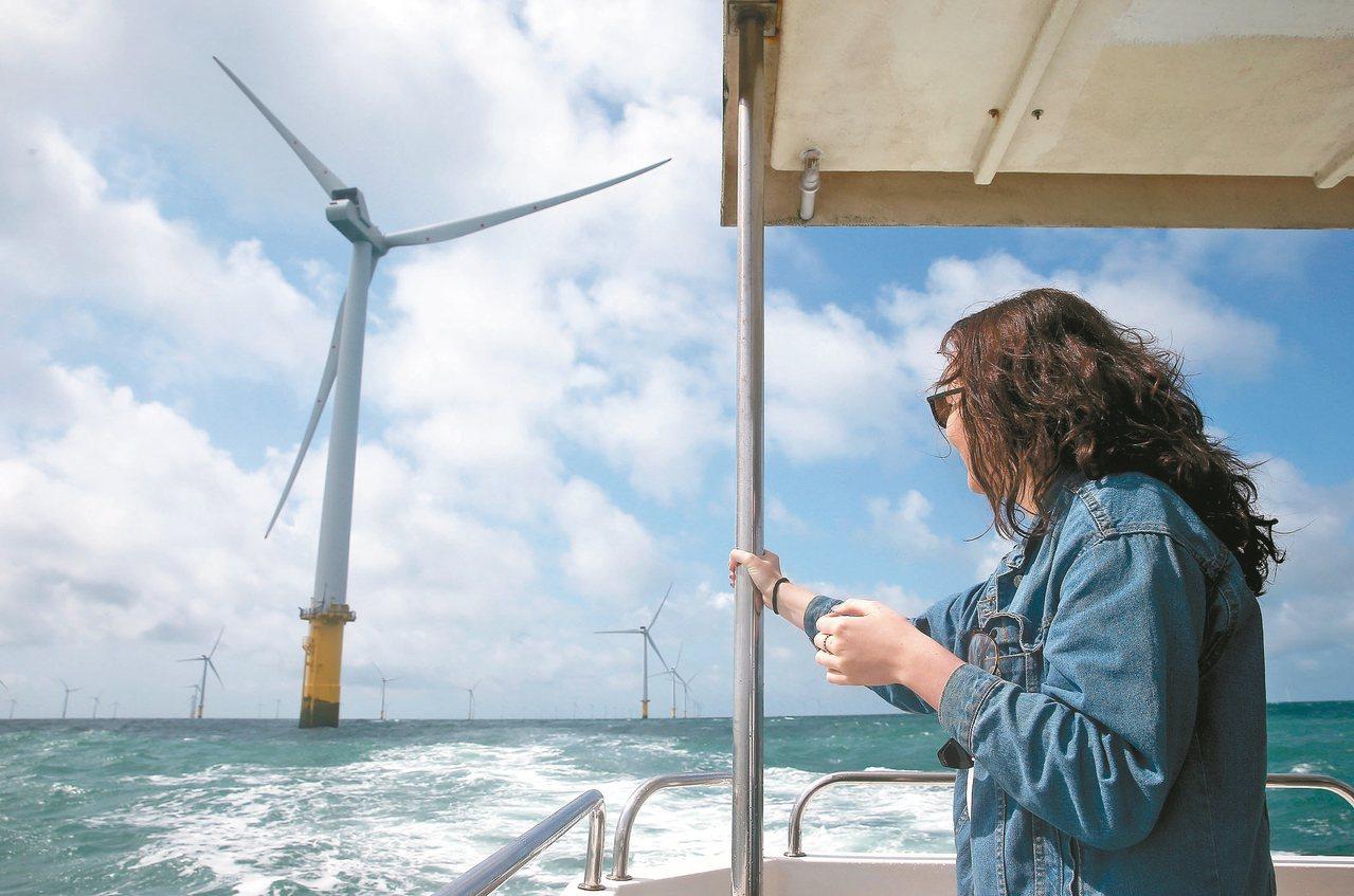 英國觀光船業者開發出離岸風電之旅,遊客可乘船至南部外海觀賞離岸風場。 記者余承翰...