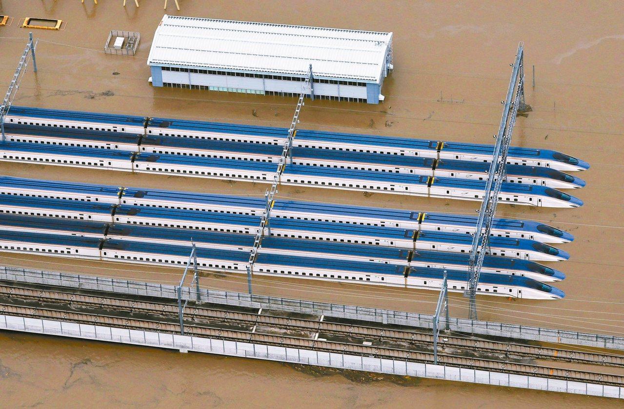 颱風哈吉貝為日本關東、東北地區帶來驚人雨量,數列停放在長野市新幹線車輛中心的子彈...