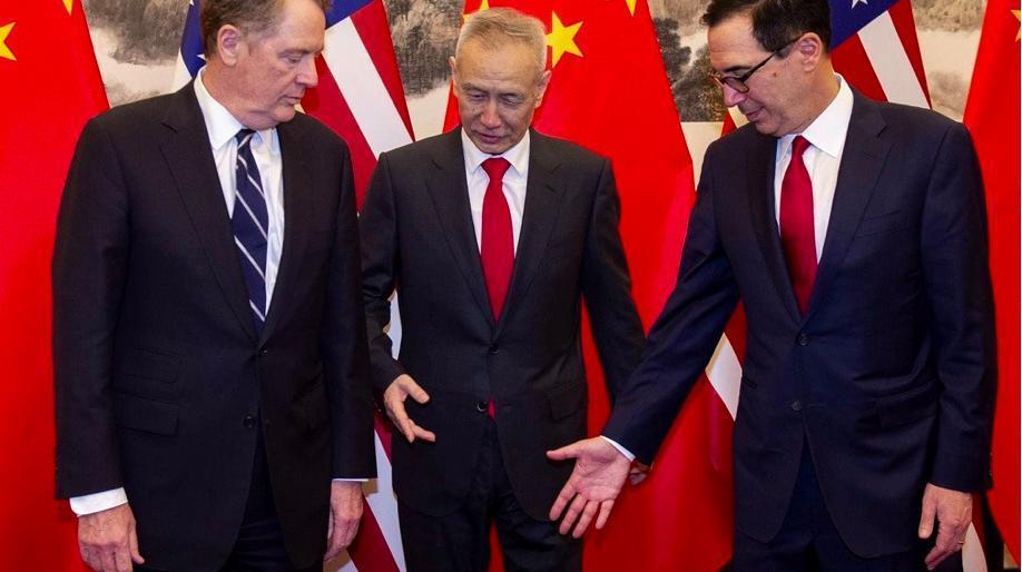 消息人士稱劉鶴(中)日前訪美並非空手而來,「中方準備好令貿戰降溫」。(香港01)