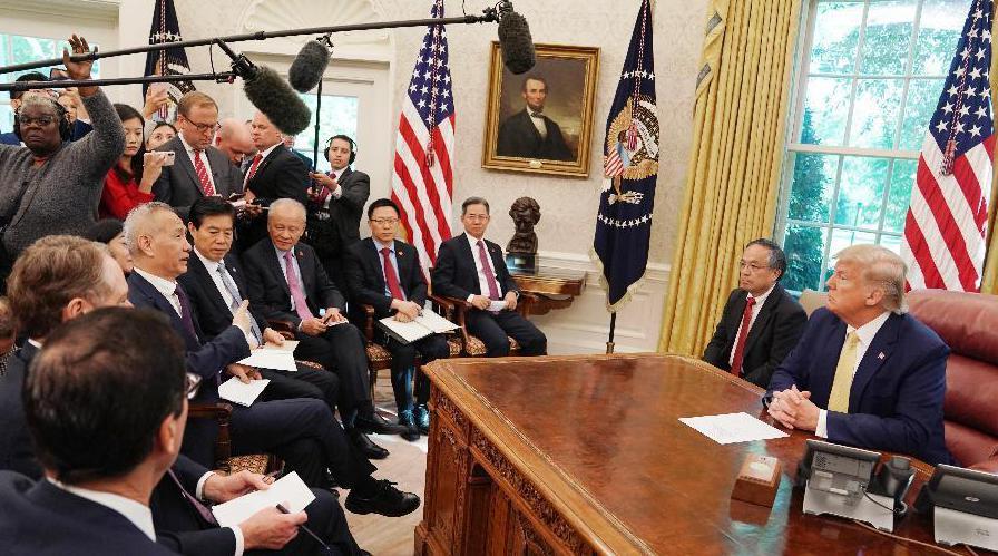 10月11日,美國總統川普在白宮會見大陸副總理劉鶴。 (新華社)
