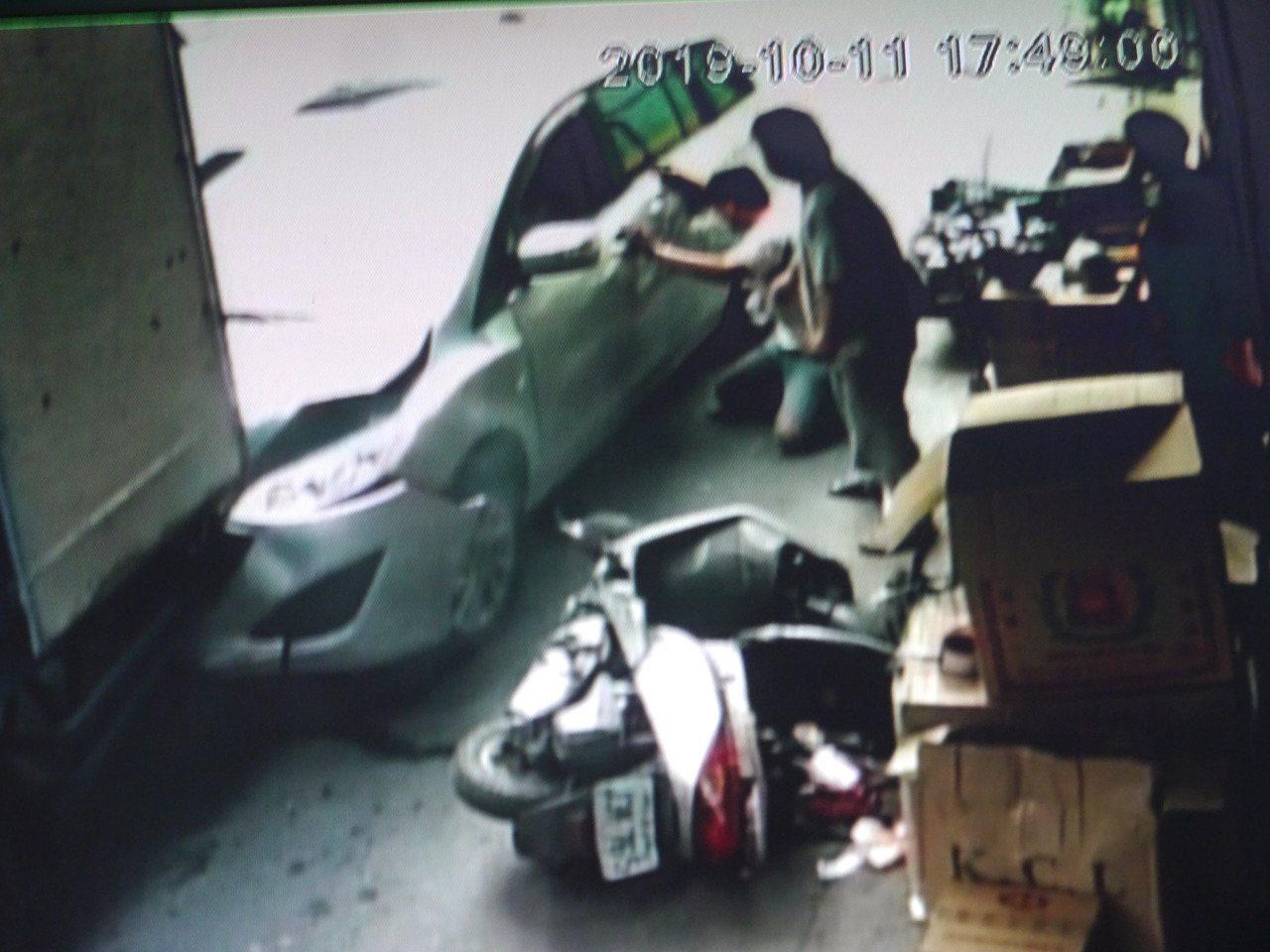 高雄旗山發生老翁撞死妻子意外,死者兒子蹲在地上呼喊遭休旅車捲入車底的母親。記者徐...