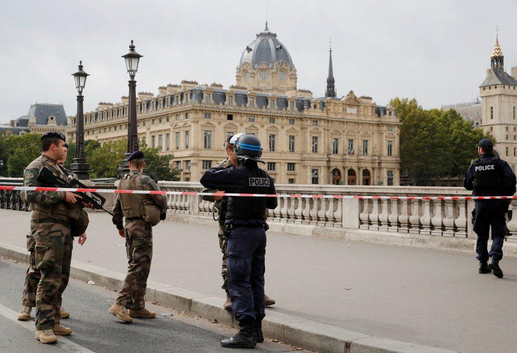 巴黎警署在3日發生攻擊事件後,現場被拉起封鎖線,並由警方把守。 (路透)