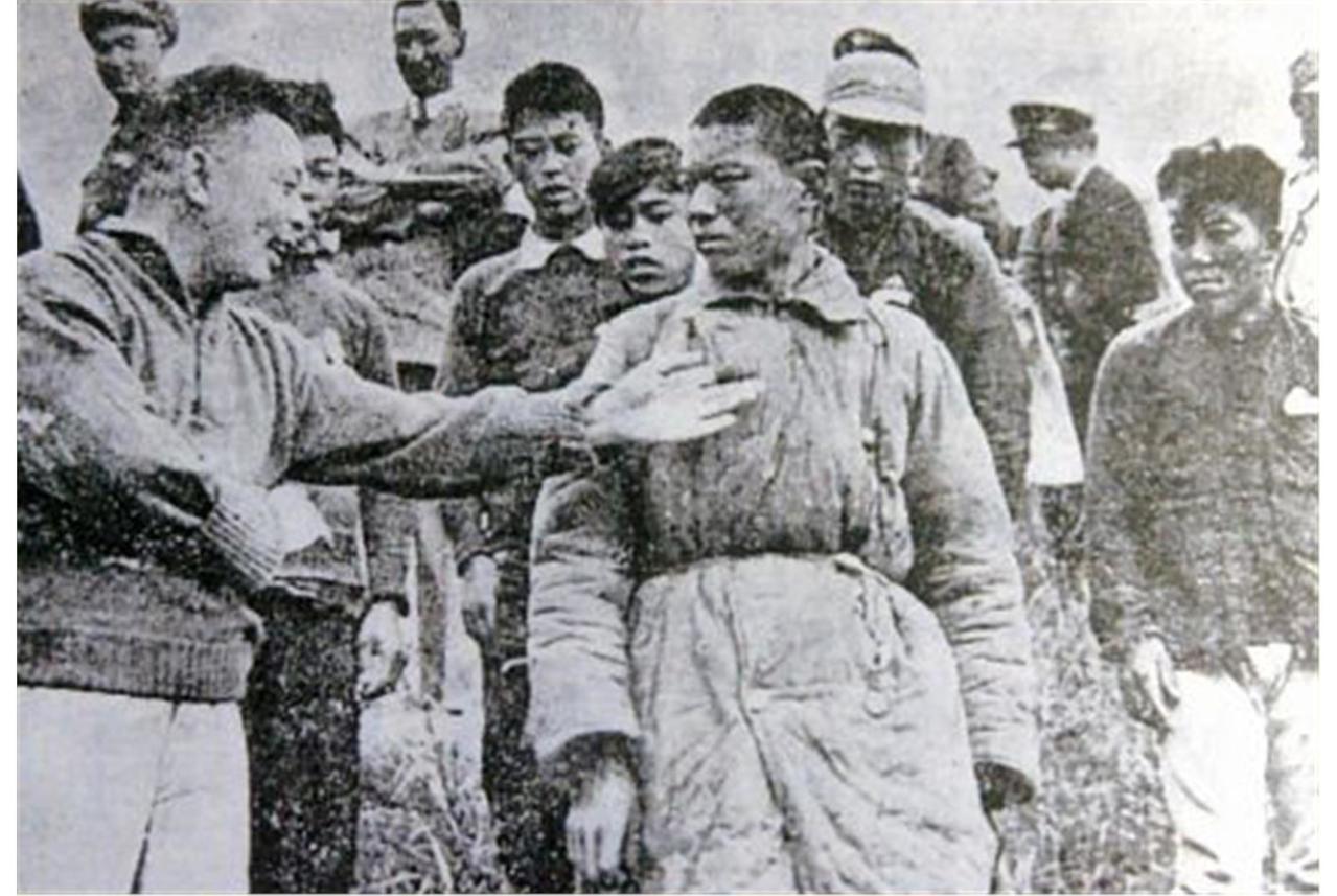 登步戰役後,蔣經國慰勞參戰部隊。 圖/國防部檔案照