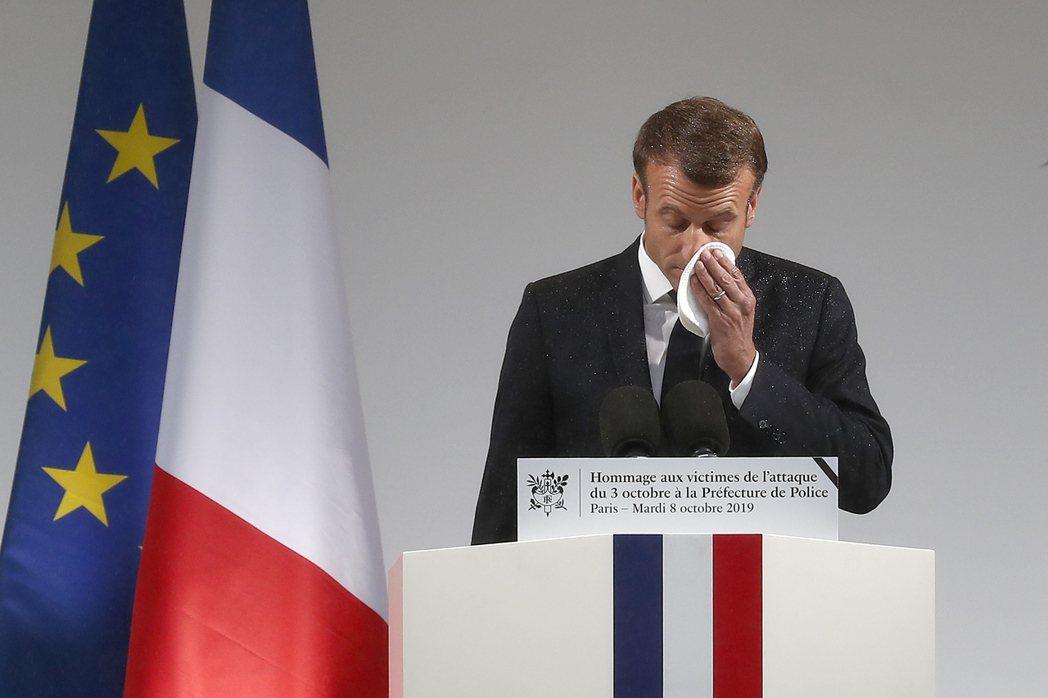 法國總統馬克宏對巴黎警署攻擊事件表示遺憾且震驚,在演講中拭淚。 (歐新社)