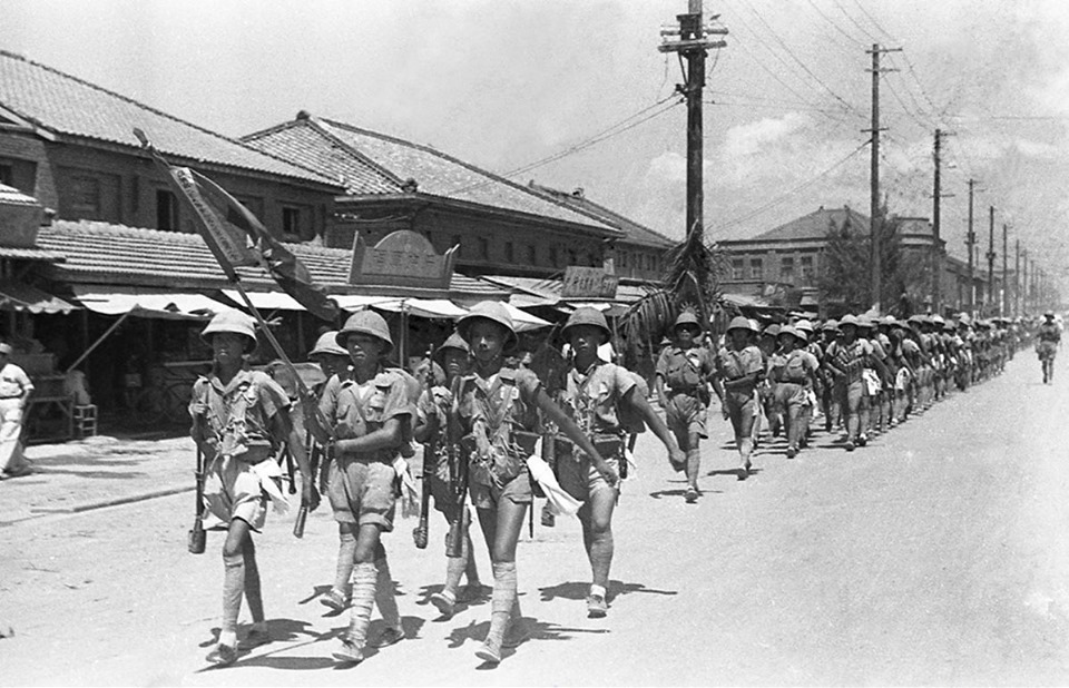 1949年8月31日,201師601、602團由鳳山行軍通過高雄市區,登船開往金...