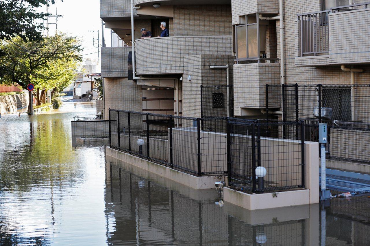 強烈颱風哈吉貝肆虐日本,川崎市住宅區淹水。 (路透)