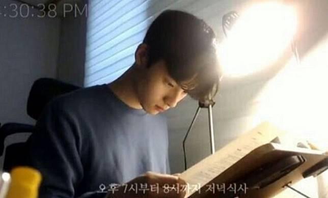 學習直播主先驅、南韓籍的直播主봇노잼在網路上直播念書,人帥真好,僅是念書不說話,...