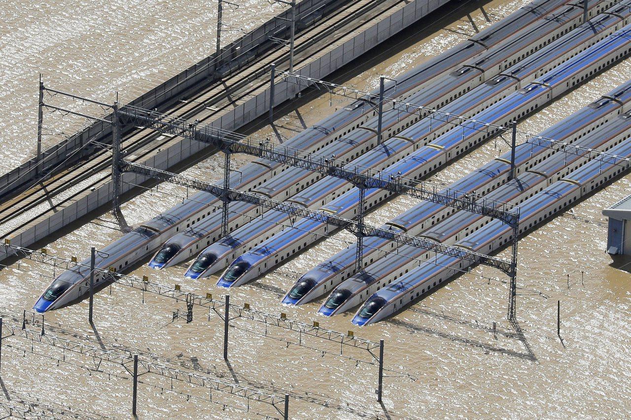 長野新幹線的車輛中心也遭水患,勢將影響新幹線未來的運行。美聯社