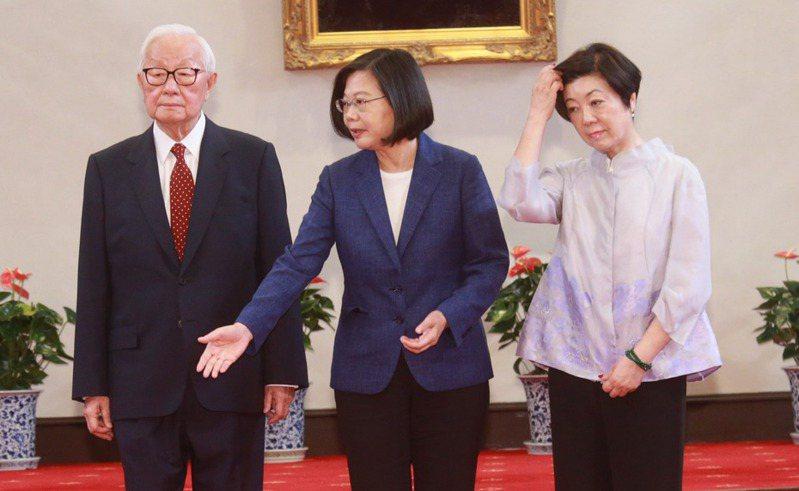 蔡英文總統(中)宣布由台積電創辦人張忠謀(左)再次擔任亞太經濟合作會議(APEC)領袖代表,他將與夫人張淑芬(右)出席11月16、17日於智利舉行的APEC經濟領袖會議。 記者黃義書/攝影