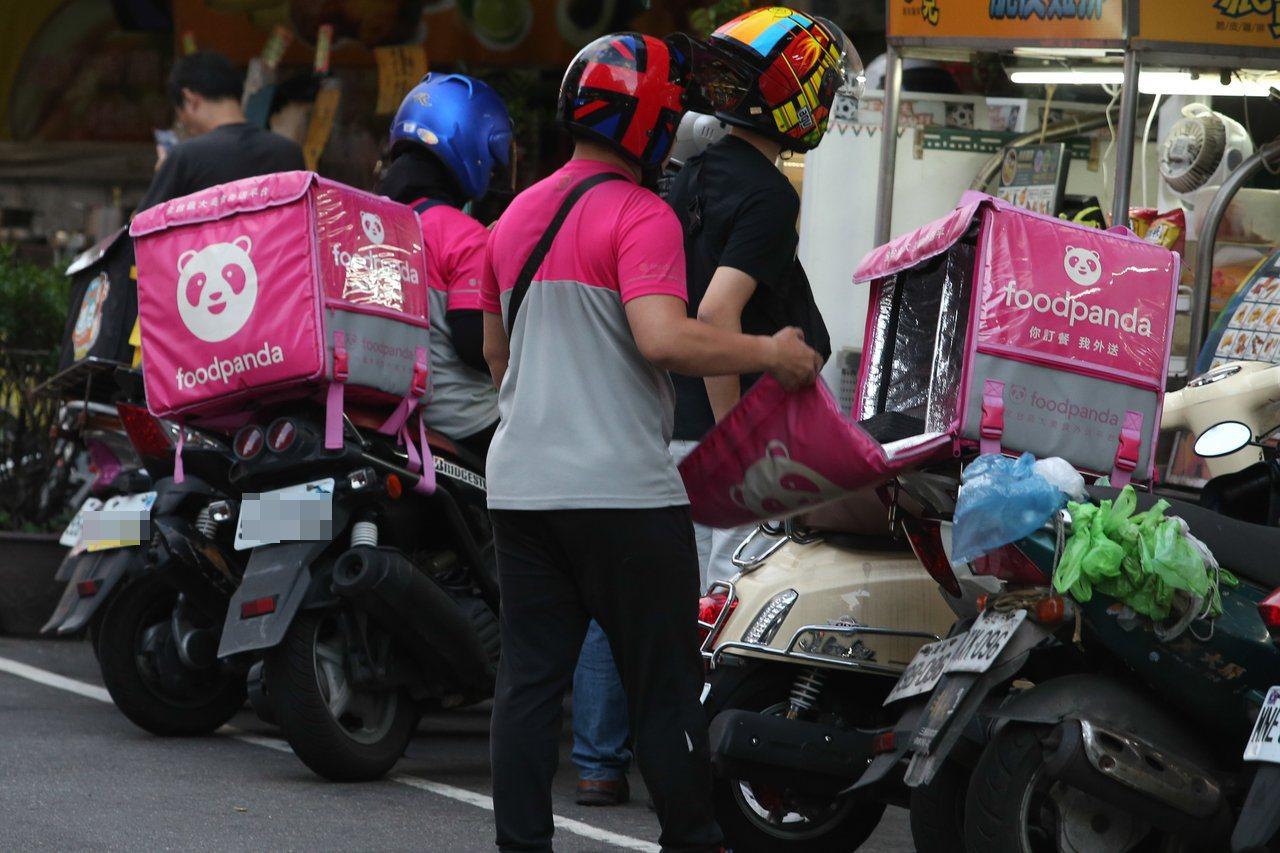 勞動部認定旗下外送員與平台的勞資關係為「承攬」或「雇傭」。記者葉信菉/攝影