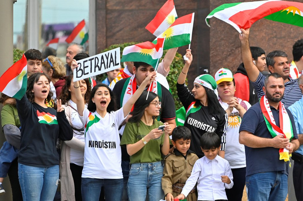 逾5百名在美庫德族人十一日上街抗議川普背叛庫德族盟友。(路透)