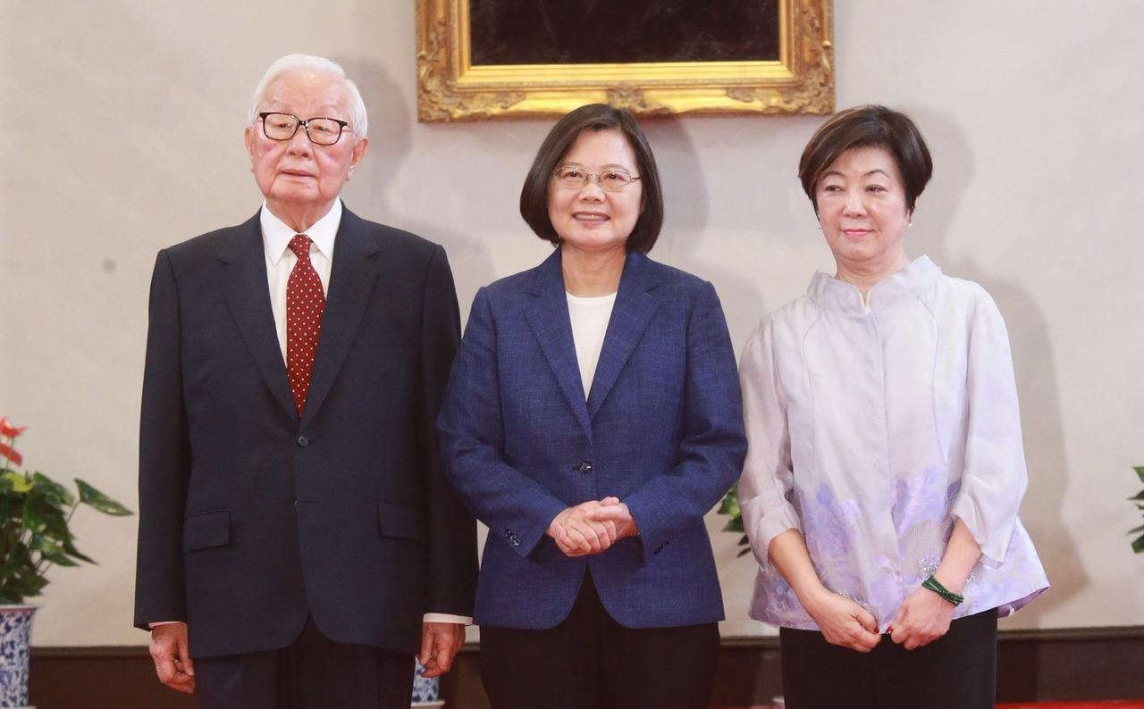 蔡英文總統(中)宣布由台積電創辦人張忠謀(左)再次擔任APEC領袖代表,他將與夫...