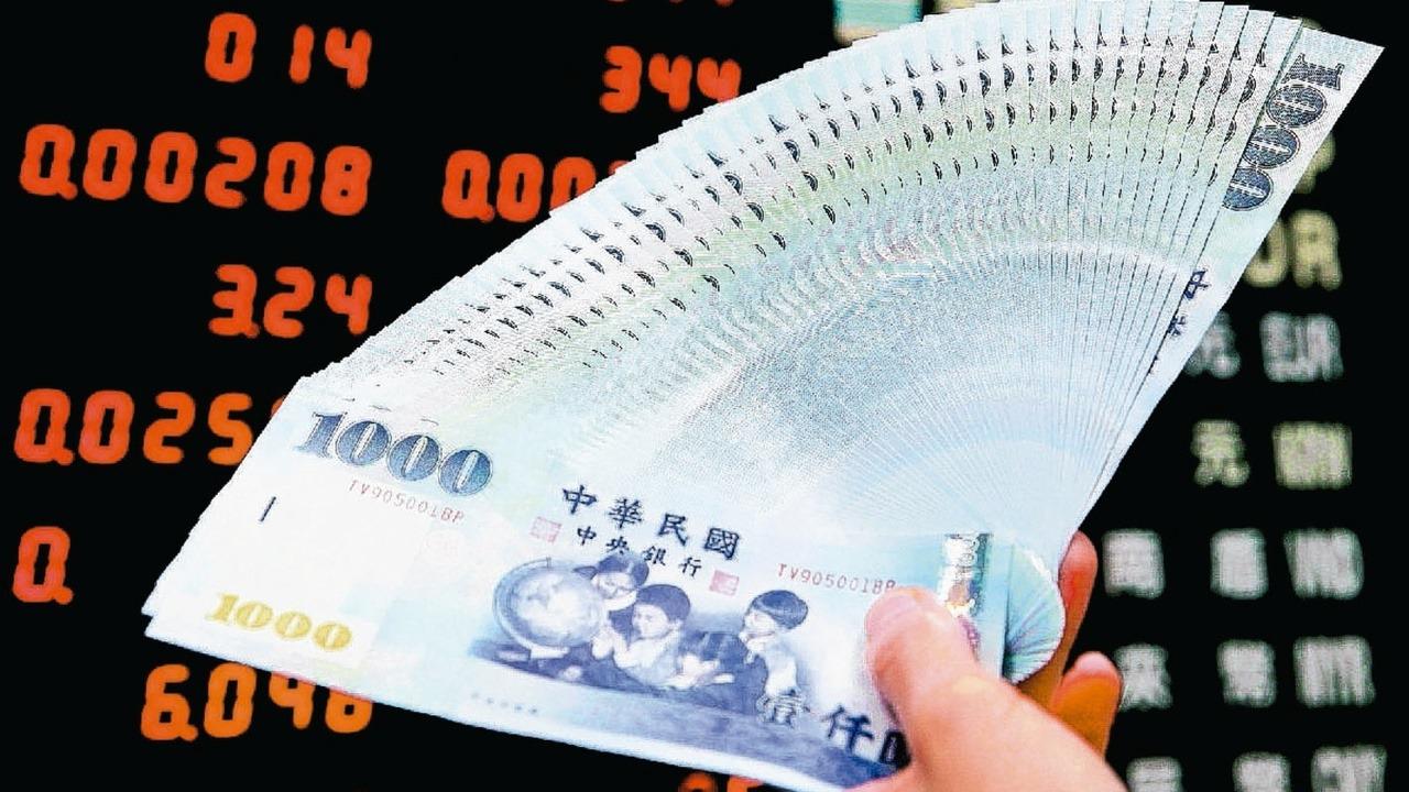 台北股匯市今(14)日歡慶大漲,新台幣匯率盤中一度狂漲2.4角,匯價約在30.6...