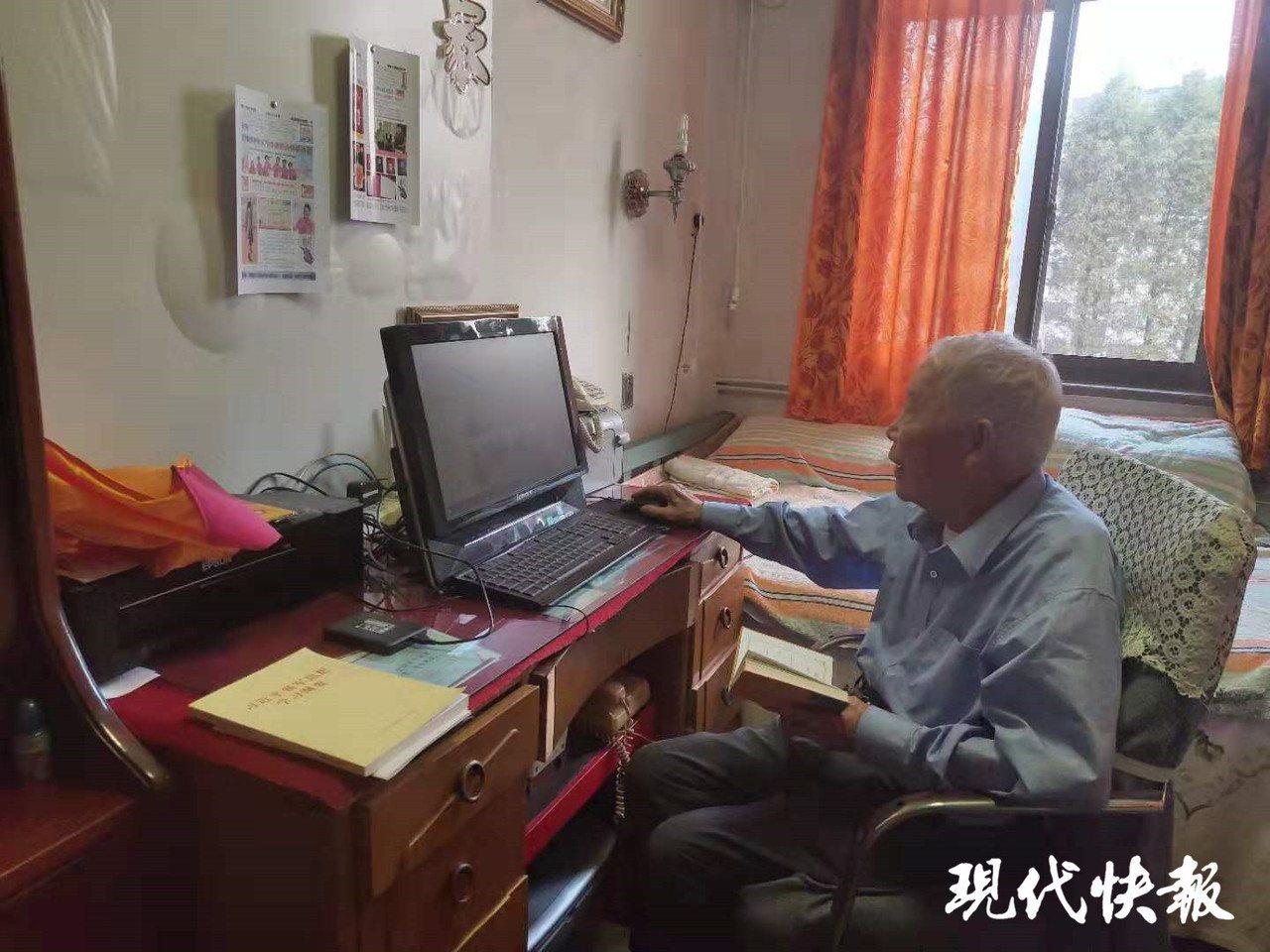 大錄一名老人辦立「家報」,見證了這個家庭幾十年來的變化。圖翻攝自現代快報