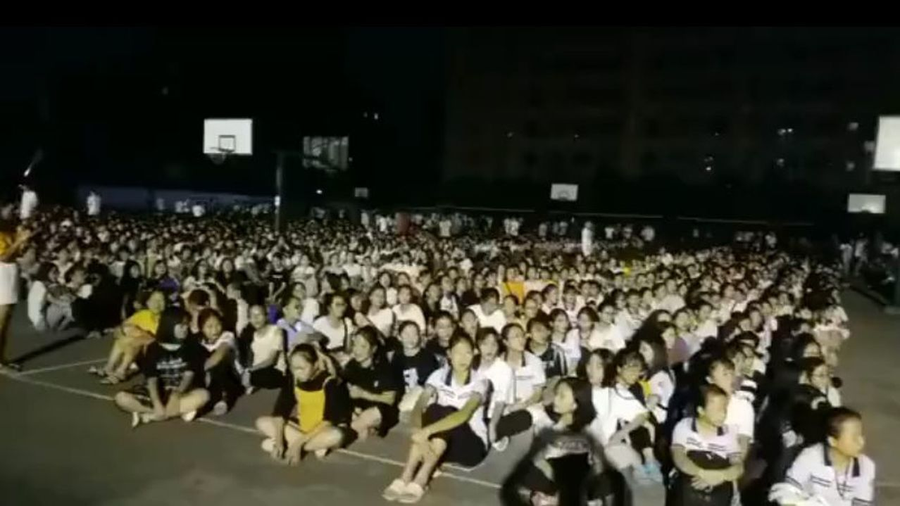 廣西玉林市北流市12日晚發生5.2級地震,地震後,博白縣中學數千名學生在操場躲避...